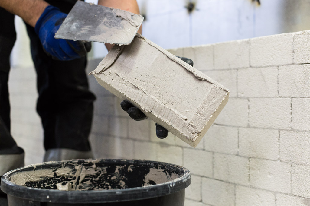 Raising the wall with insulating brick
